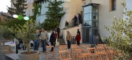 Letní terasy za chrudimským muzeem loutek slouží i vozíčkářům